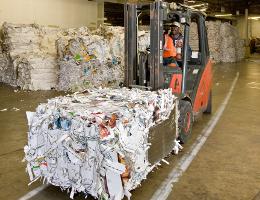 回收员工驾驶叉车